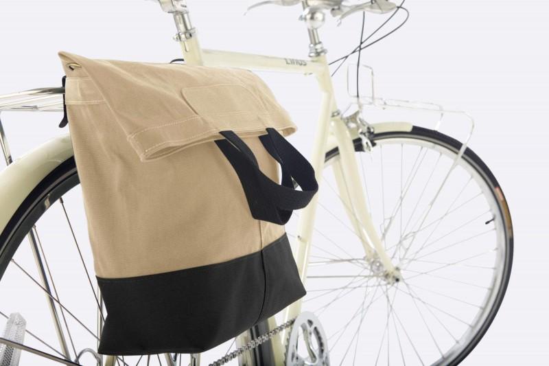 linus-accessory-bag-sac-sand-black-on-bike-2000x1333